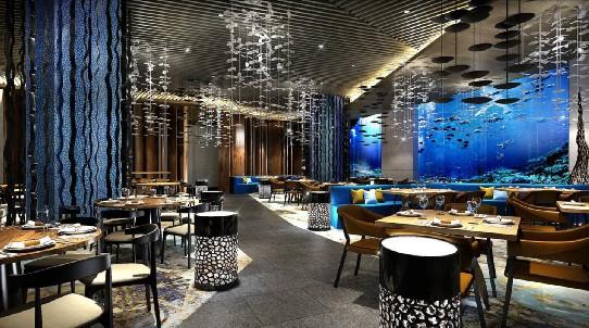 酒店总占地15万平方米,设计主张清逸的现代海岛风情,17层楼宇面海确保